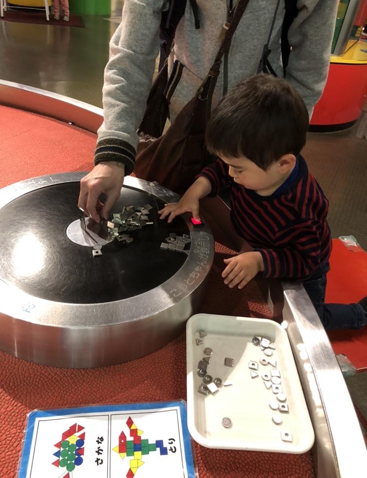 児童館の中の磁石で遊ぶコーナーの写真