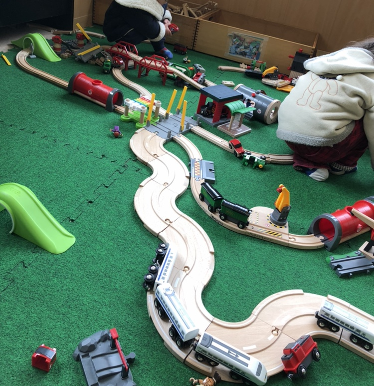 児童館の二階にある電車で遊ぶコーナーの写真