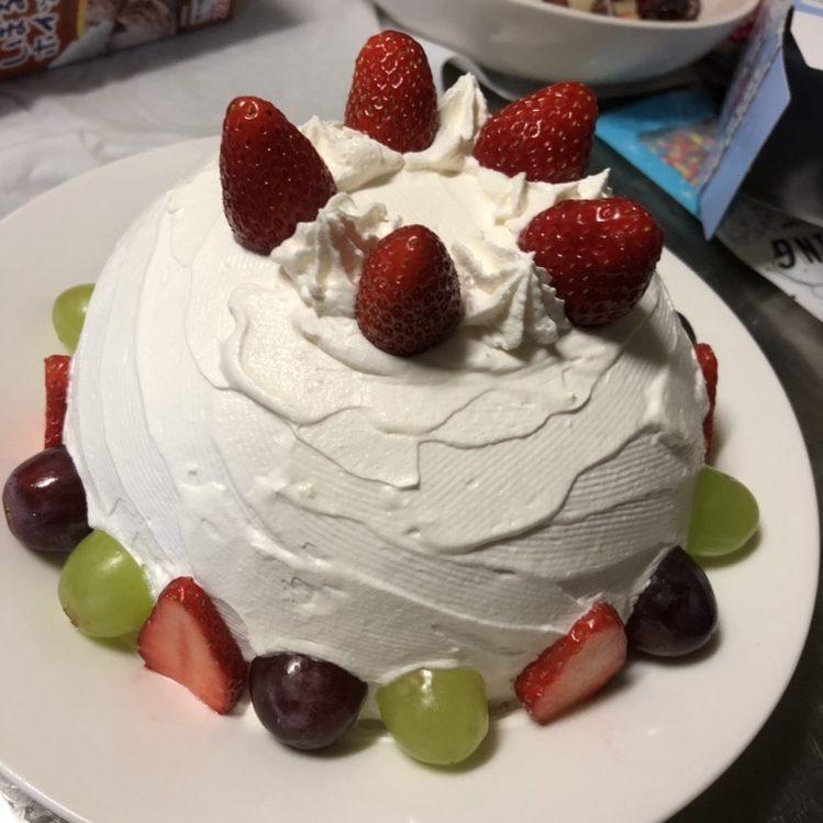 フルーツで飾ったケーキ