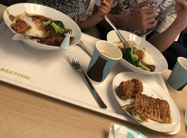 レストランで食べている写真