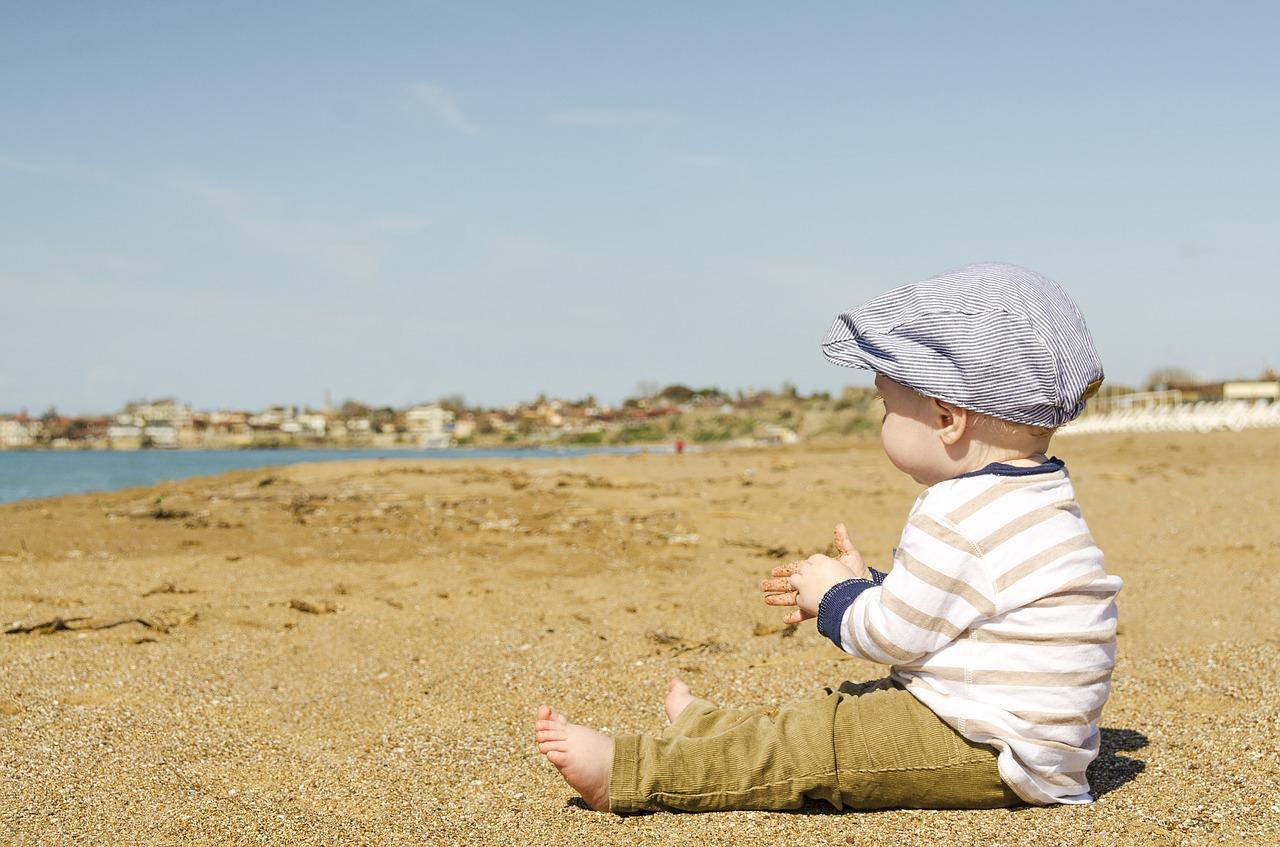 水場を見つめる赤ちゃん