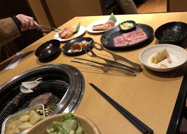 テーブルに並んだ肉と野菜