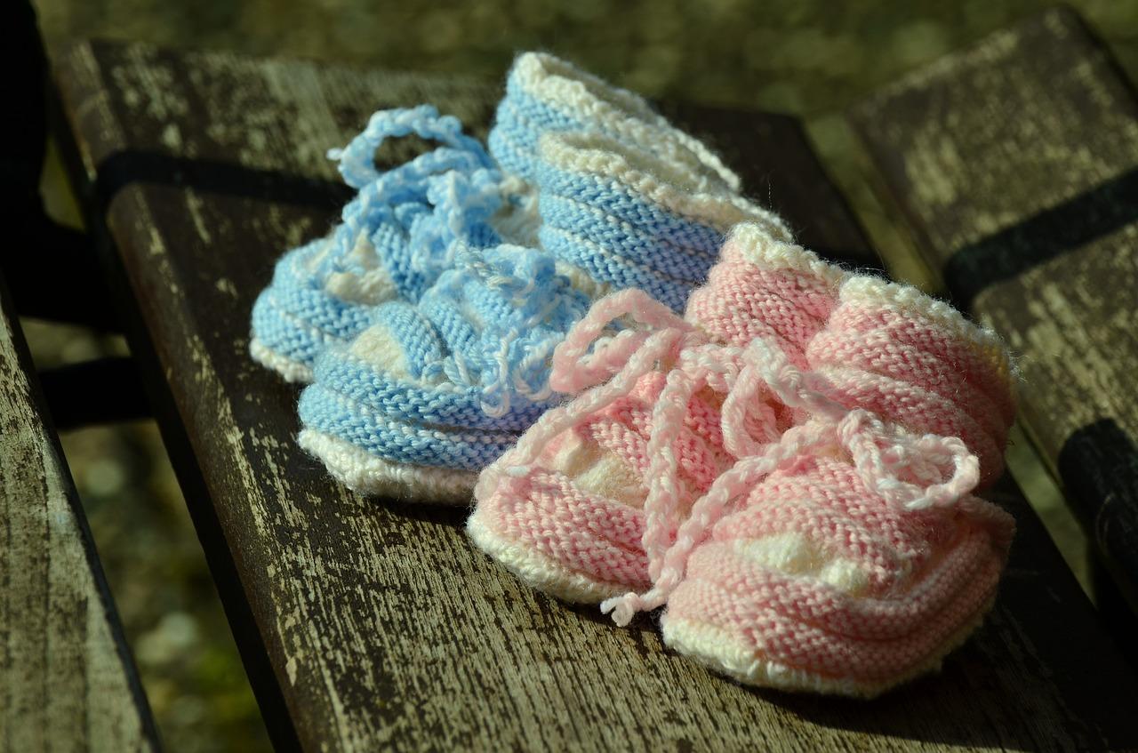 ベビー用の手編みの靴下がふたつ
