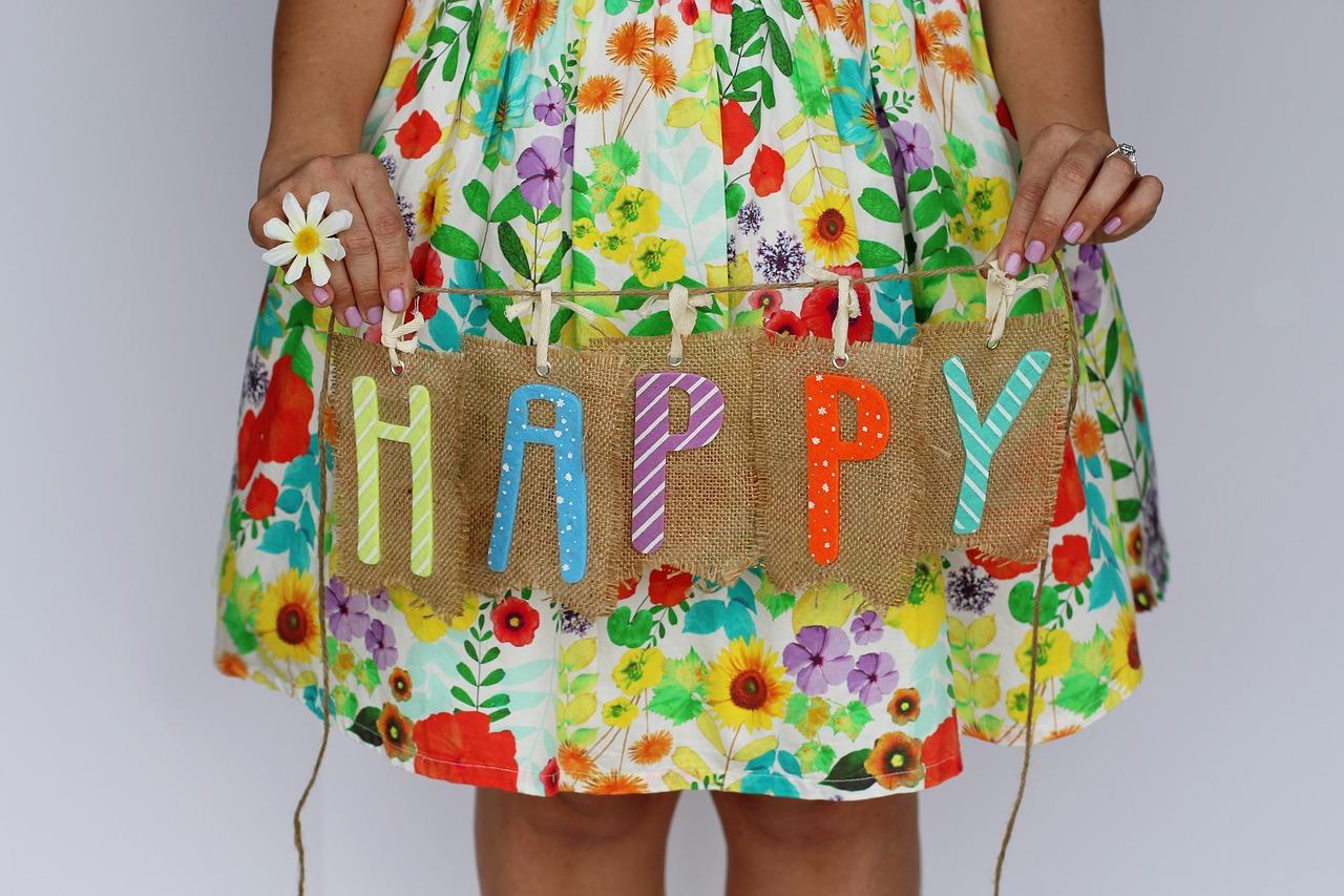 HAPPYという札を持っている女の子