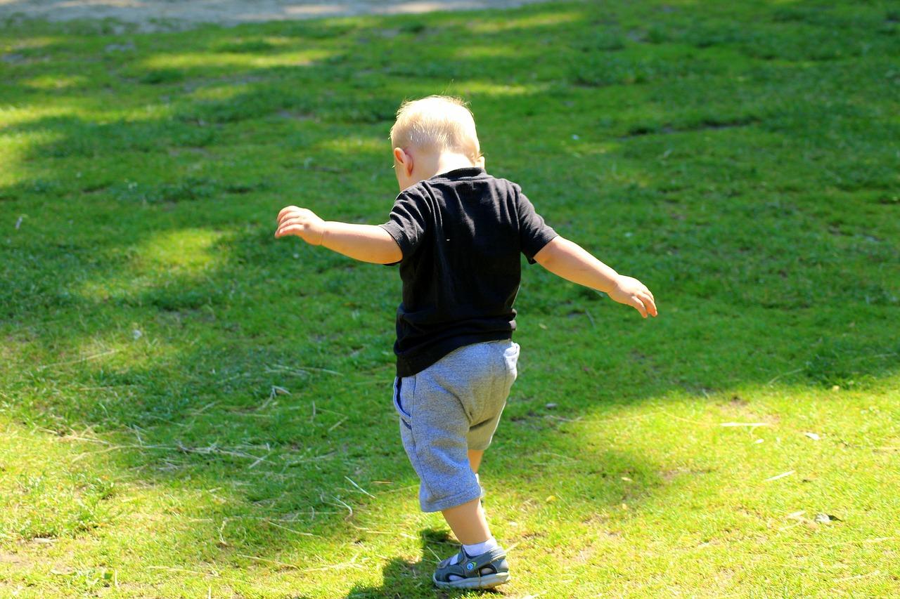 芝生で遊ぶ一人の男の子