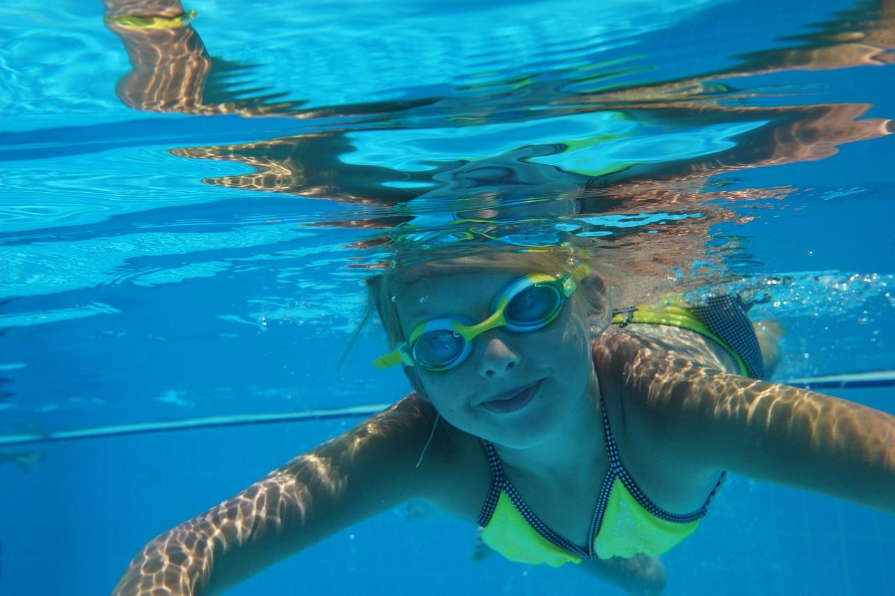 子どもが泳いでいる