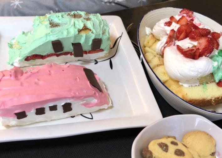 テーブルに並んだ手作りケーキ